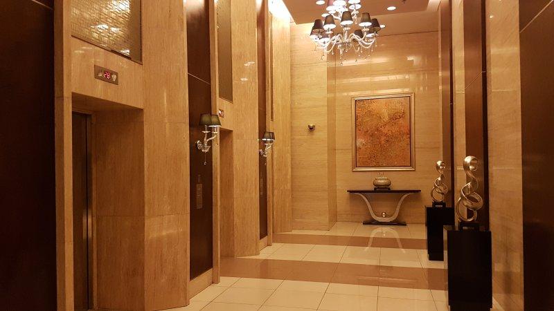 Chão hall de entrada andar com elevador