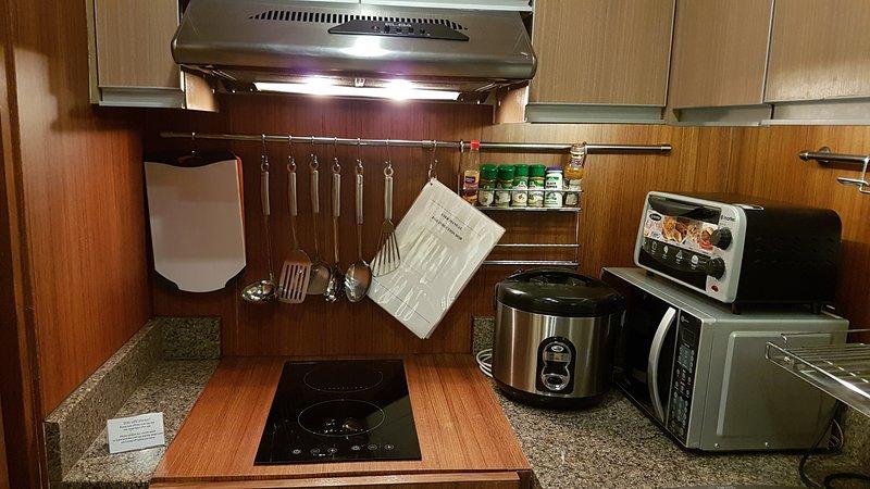 cozinha bem equipada com fogão de indução