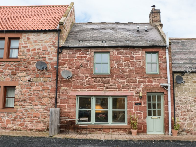 ANGUS COTTAGE, WiFi, open-plan living, pet-friendly, Ref 973692, vacation rental in Chirnside