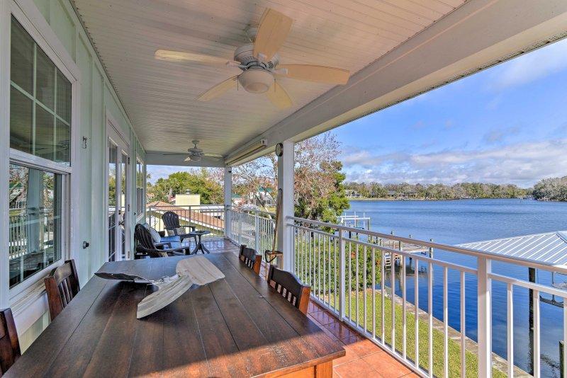 Este 1300 pies cuadrados casa de alquiler se encuentra en la orilla del río Homosassa.