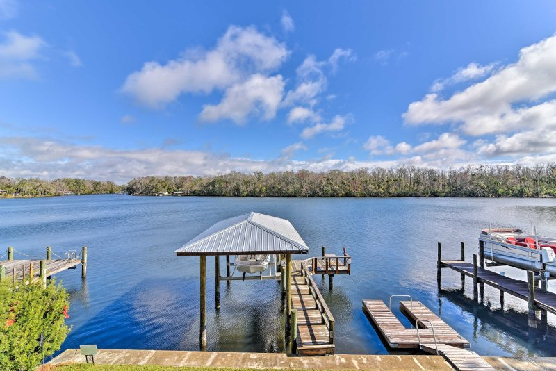 Homosassa Home w/ Private River Dock & Boat Ramp!, holiday rental in Homosassa Springs