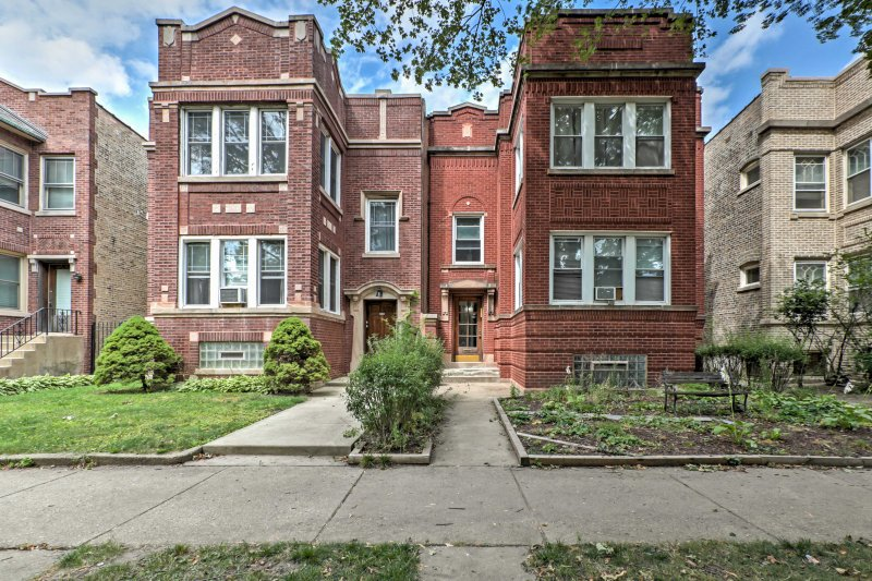 The lively Windy City awaits you at this charming 2-bedroom, 1-bathroom vacation rental apartment in Chicago!