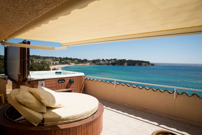 Terrace with Jacuzzi and spectacular views over the bay