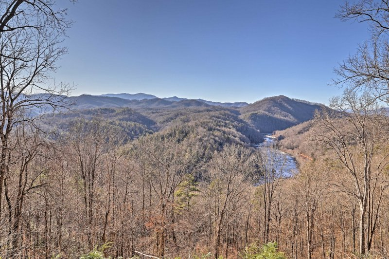 Experience the Blue Ridge Mountains first-hand from this mountainside cottage!