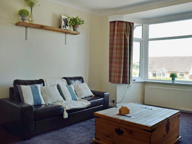 """Amplio salón con dos sofás dobles, 40"""" TV y un montón de espacio"""