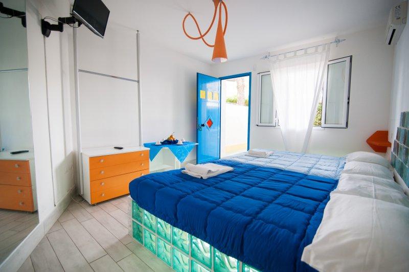 300 dal mare- Bilocale in Villa con Parco- climatizzato-Tv-WiFi- Patio- Brunch, vacation rental in Cassibile