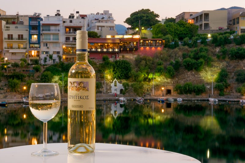 Lake-view apartment for 4 guests ( 1st floor), casa vacanza a Agios Nikolaos