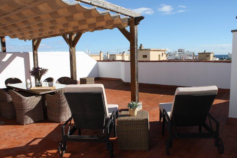 terraço privado com vista para o mar e para a cidade.