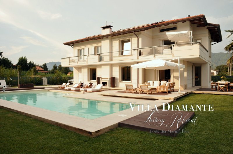 VILLA DIAMANTE Luxury 5 Stars villa Heated Pool, free WiFi close to Beach Clubs, vacation rental in Forte Dei Marmi