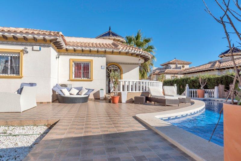 Stunning five bedroom Villa with fabulous swimming pool., holiday rental in San Miguel de Salinas