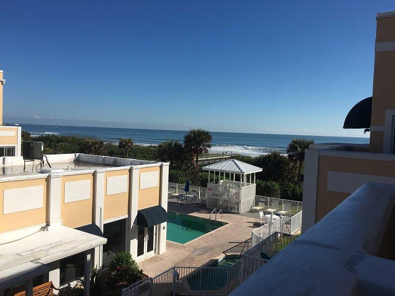 Updated Condo right on Cocoa Beach!, location de vacances à Cap Canaveral