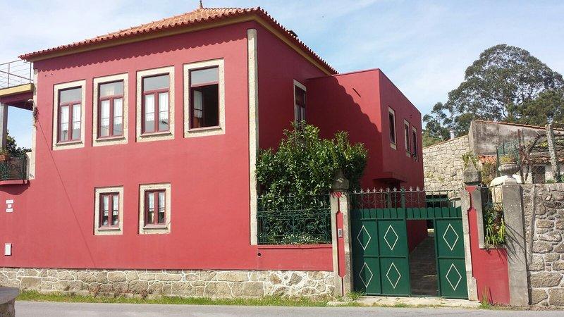 De hoofdingang van de villa - volledig omheind en prive.