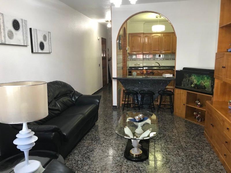 Piso céntrico y muy acogedor con wifi gratis, holiday rental in Tetir