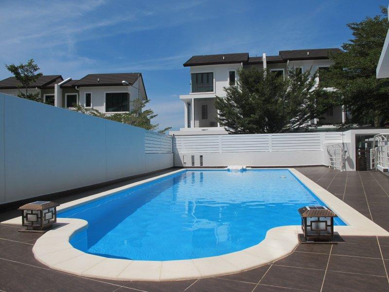 piscina privada con cielo azul en OPH Resort