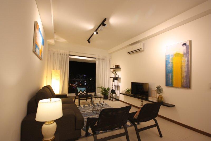 Landmark 3BR Sea View Suite, holiday rental in George Town