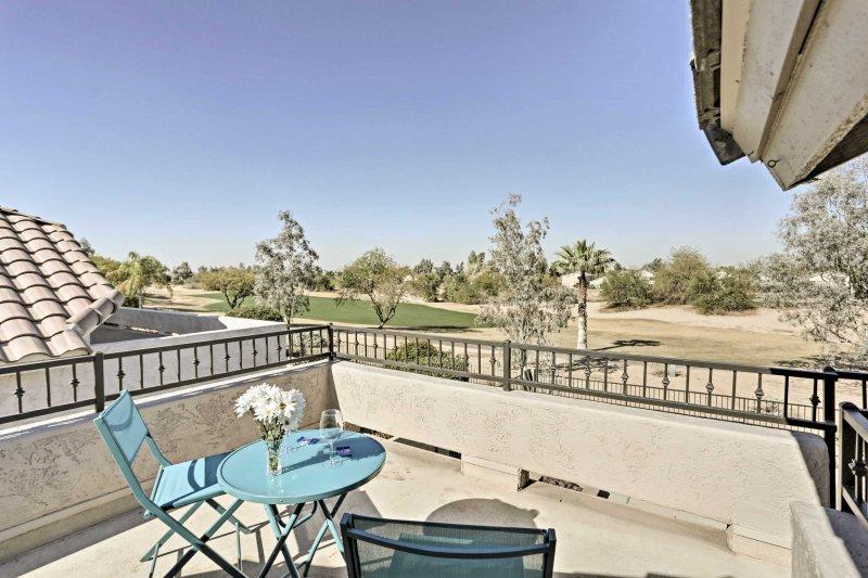 Situé sur un parcours de golf, cette maison dispose d'une piscine privée et un bain à remous!