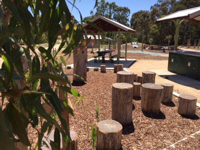 Barbacoa y zona de juegos en el parque