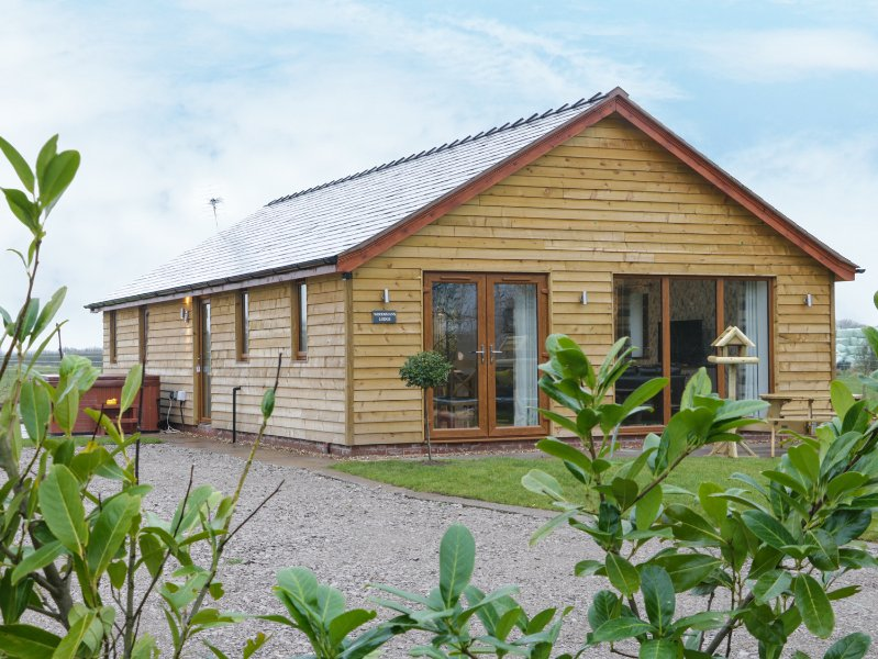 WOODMAN'S LODGE, open-plan living, hot tub, en-suite, Ref 972094, holiday rental in Audlem