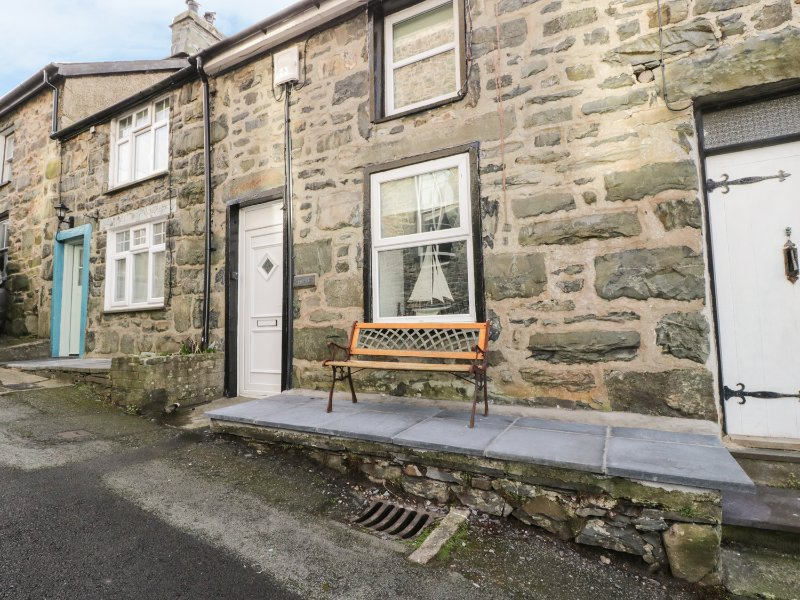 ERFYL, stone-built cottage, woodburner, walking distance to shops and pubs, in, holiday rental in Llanfair