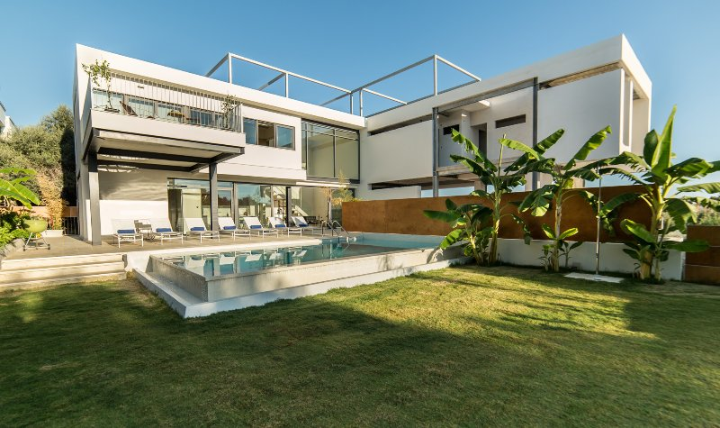 Brand new villa with private pool, walking distance to stores, holiday rental in Daratsos