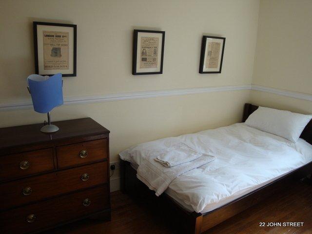 Die zweite Schlafzimmer hat zwei Einzelbetten und gut aussehende Victoria Kommode.
