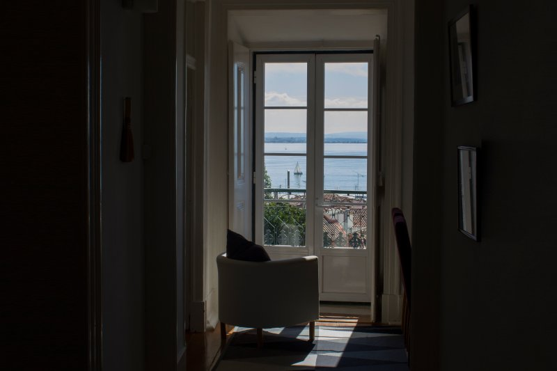 Very quiet and sunny with stunning views over Alfama, vacation rental in Lisbon