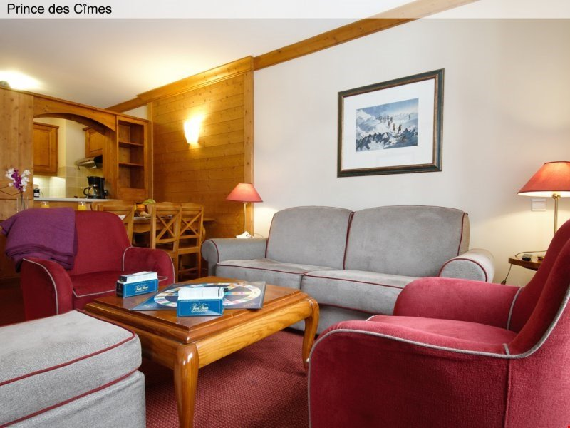 Der gemütlich eingerichtete Wohnbereich enthält bequeme Sofas