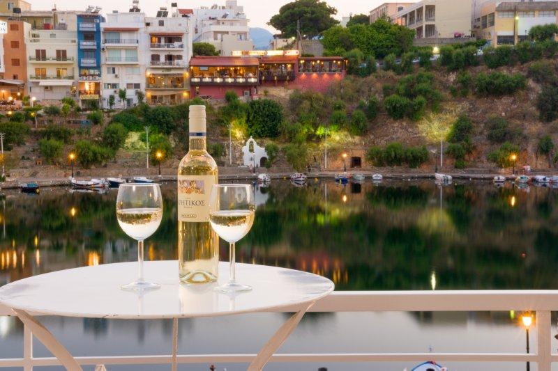 Lake-view apartment for 4 guests (2nd floor), casa vacanza a Agios Nikolaos