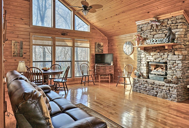 Roomy Riverfront 'Trout Valley Cabin' w/ Fishing!, casa vacanza a Mountain View
