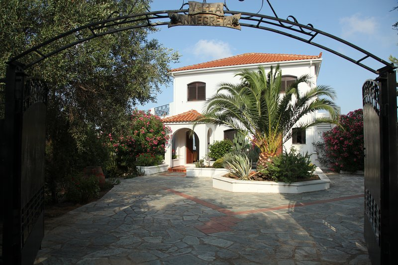 Villa Annegreta - 3 bedroom Luxury Villa, holiday rental in Skiathos