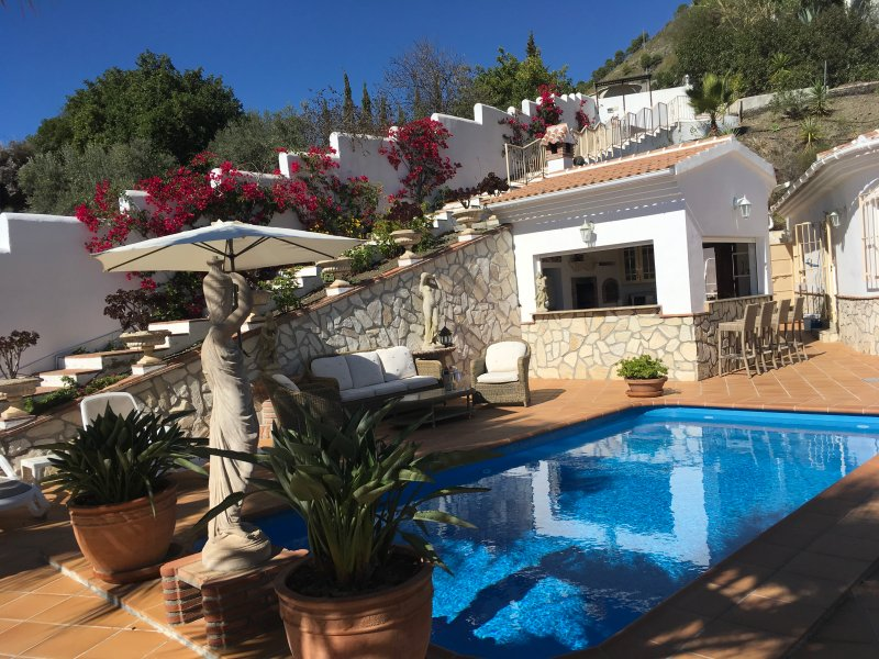 CASA SIMONE, STUNNING  3 BED VILLA, POOL & OUTDOOR BAR/KITCHEN, holiday rental in Competa