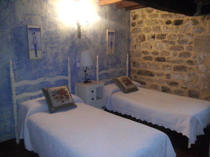 El Espesedo de Cabárceno, habitación familiar con cocina, aluguéis de temporada em Corvera de Toranzo