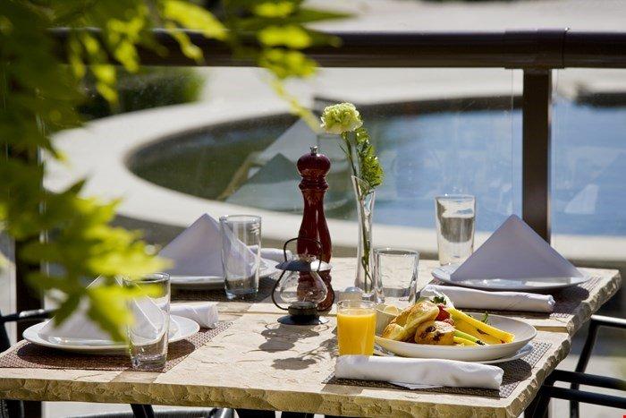 Genießen Sie eine Mahlzeit im Resort auf den Außenterrassen