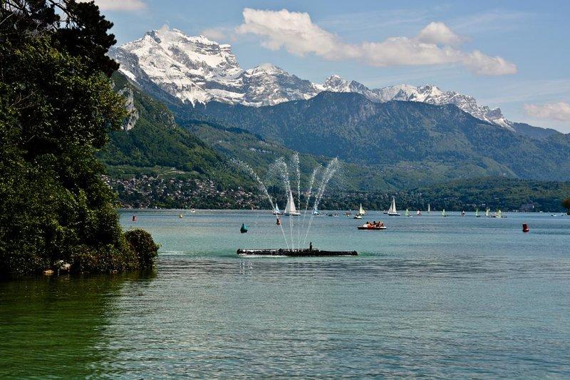 A 10-15 minutes à pied : le lac dominé par la majestueuse Tournette