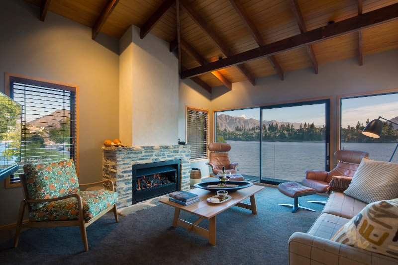 The Bay House - lakefront and central Queenstown holiday home, holiday rental in Queenstown