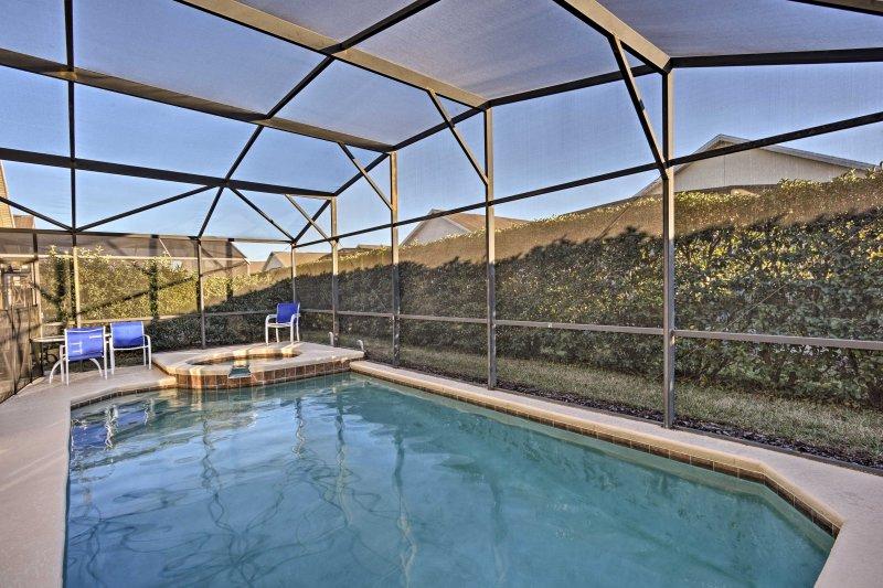 Pasar días soleados descansar junto a la piscina en su patio trasero privado!