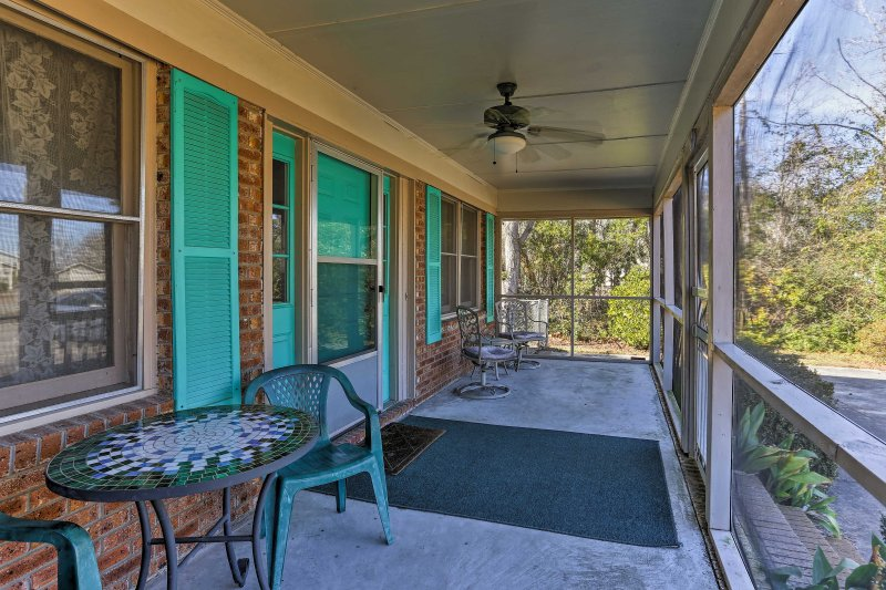 House w/Fenced Yard & Shared Pier on Lake Waccamaw, location de vacances à Whiteville