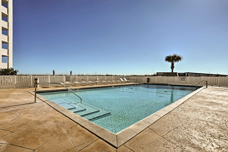 Tomar el sol en la terraza de la piscina o ir a tomar un descanso del calor.