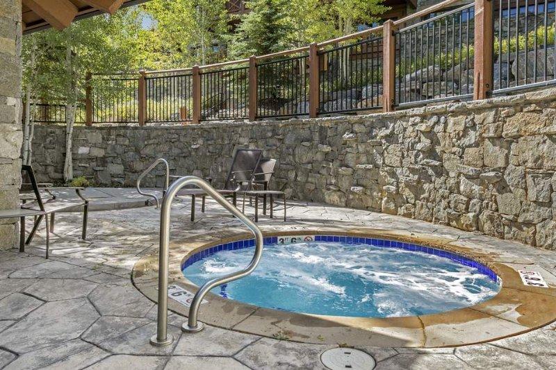 Rilassatevi nella vasca idromassaggio comunità condivisa dopo una grande giornata in montagna.
