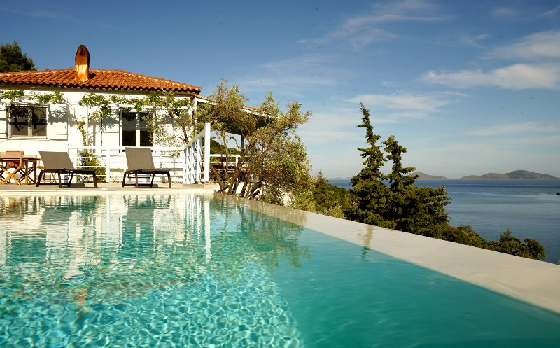 Villa Ioanna, beautiful sea-front villa with heated infinity pool, vacation rental in Alonnisos
