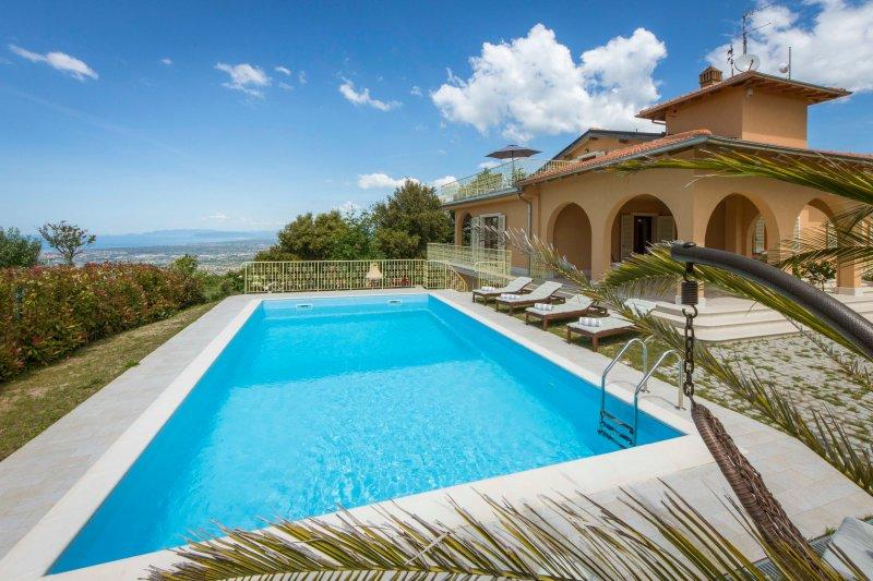 Splendida villa di lusso di nuova costruzione con vista panoramica, holiday rental in Pedona