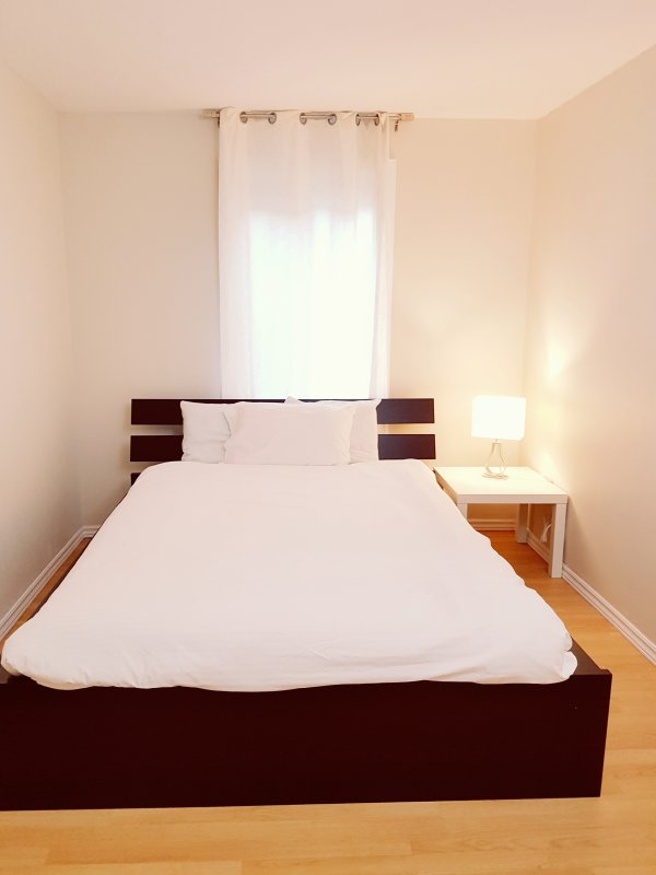 The bedroom with the queen size bed. The bedroom with queen bed.