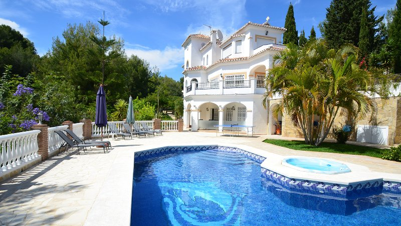 Villa sleeps 8 + 2. Private pool with Power Swim, Jacuzzi & Outstanding Gardens, vacation rental in Frigiliana