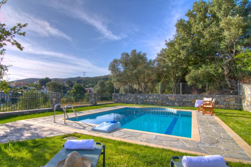 Villa Balsam: Luxury villa with private swimming pool, garden, and BBQ, vacation rental in Argyroupolis