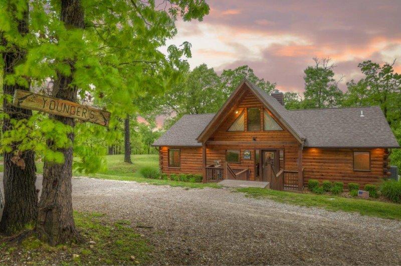 Warum bleiben Sie in einem Hotelzimmer, wenn Sie eine ganze Moose Canyon Lodge Hütte für sich allein haben können.
