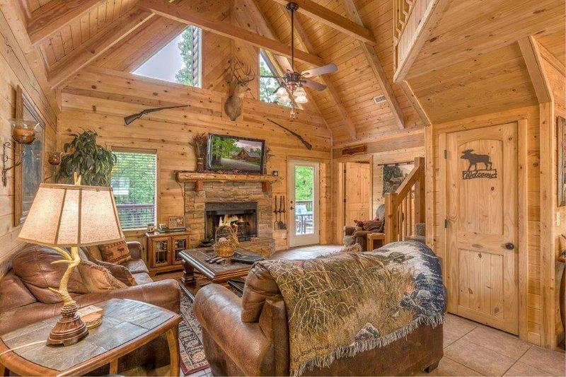 Unglaubliches Familienzimmer mit großem Flachbild-HD-TV und Kamin