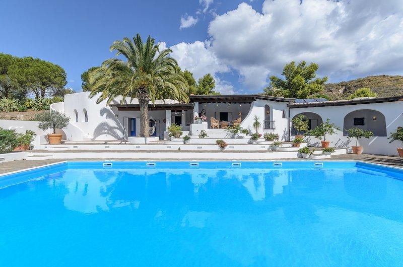 Splendida villa con piscina, location de vacances à Isola Vulcano