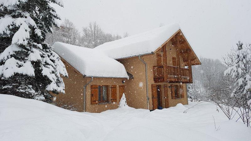 Spacieux Chalet dans hameau de montagne, vacation rental in Freissinieres