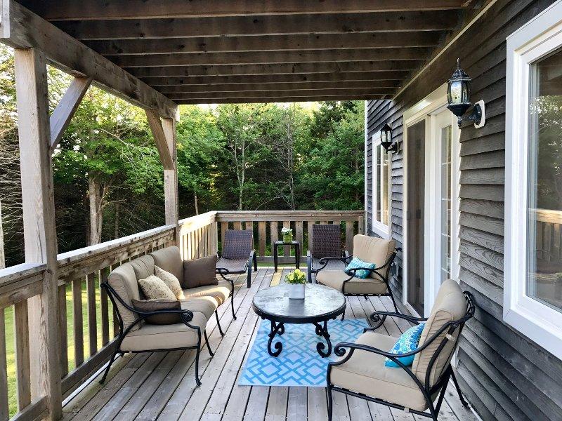 Parte posterior de la cubierta. Tumbonas para disfrutar a pleno sol todo el día. que abarca la cubierta de sombra con sofás cómodos.
