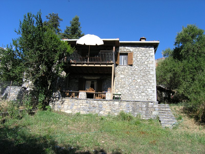 Stone house in the heart of Menalon mountain, holiday rental in Vytina